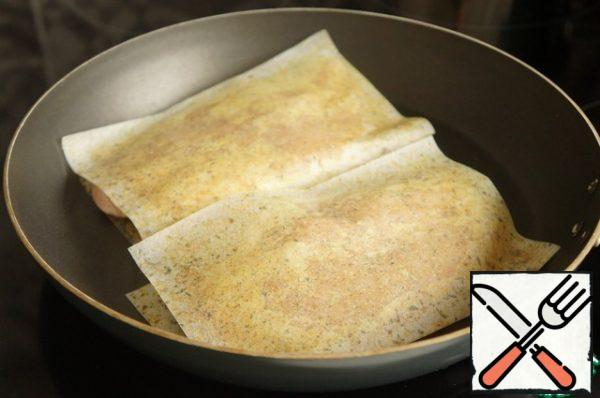 Pieces of chicken fillet lightly beat off on both sides. If necessary, use a knife to shape the boat (cut off the edges). Put on a sheet for frying. Press lightly with your hand. And fry on each side for 5-7 minutes. In another pan, fry the bacon strips.