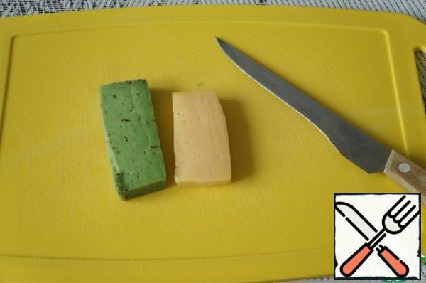 While the chicken and bacon are frying, prepare the cheese. I have two types: green (with pesto) and Dutch.