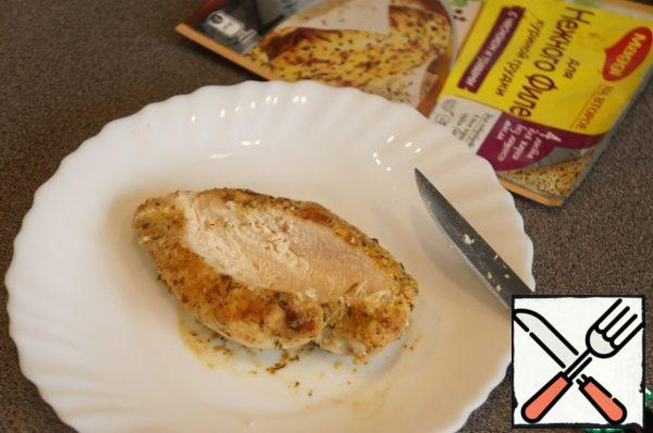 Place a piece of the finished chicken on a plate, slightly cut out the middle.