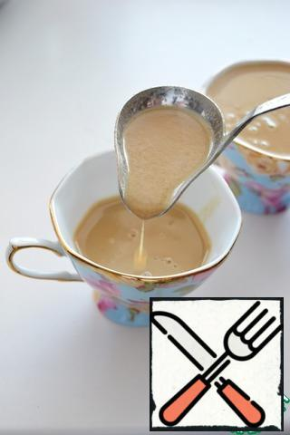 Pour the dessert into the molds (it can be cremans, beautiful glasses or coffee cups. You can also use silicone molds).