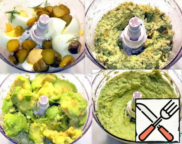Chopped eggs, cucumbers, dill, garlic and crushed in a chopper. I added peeled and sliced avocado, which I sprinkled with freshly squeezed lemon juice so that the spread would not darken. I poured salt and crushed everything together.