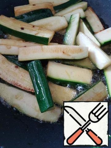 Remove the pepper, fry the zucchini.