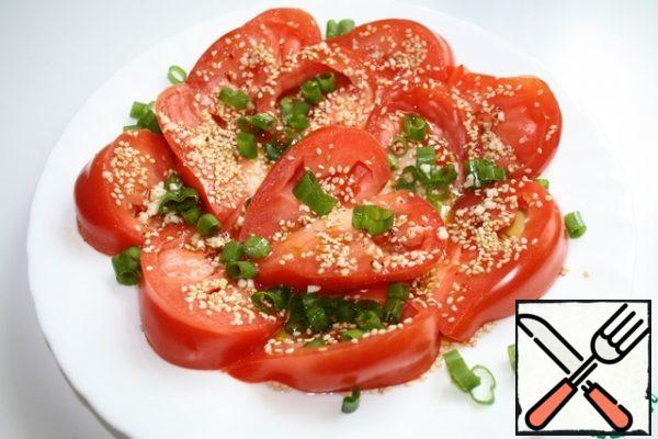 The resulting dressing is evenly poured on top of the salad and can be served to the table.