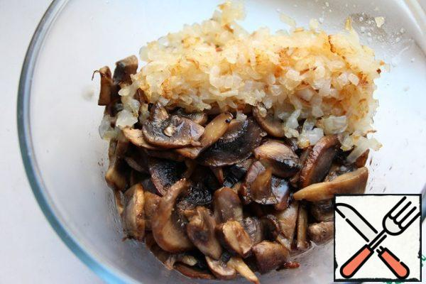 1. On separate pans! fry the mushrooms, cut into slices and onions, cut into small cubes. 2. The mushrooms and onions to whip immersion blender.