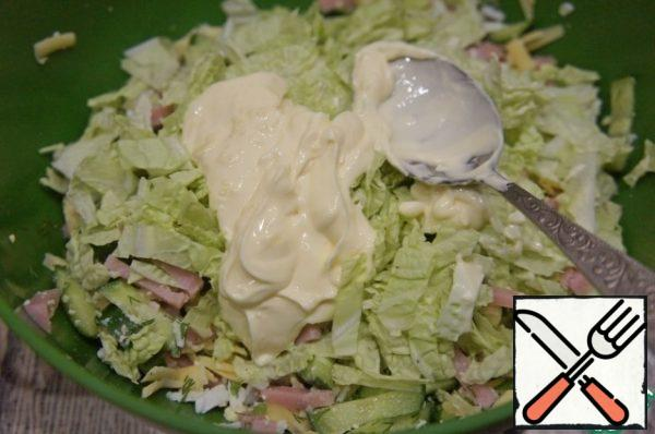 Season the salad with a small amount of sauce and mix gently. The sauce should only slightly envelop the products.