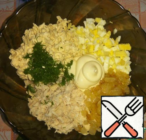 For the filling, boil the chicken fillet and eggs. Cut the onion into cubes and fry until golden brown. Grate the melted cheese on a large grater, add the onion and finely chopped meat, eggs and dill. Add salt, mayonnaise, and mix.