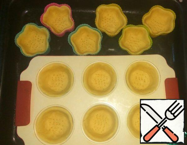 From the dough, pinch off small pieces and distribute them on the molds, pressing the bottom and sides well. Prick the bottom with a fork. Bake in a preheated 170 degree oven for about 15 minutes until light straw color. Strongly browning tartlets is not necessary.
