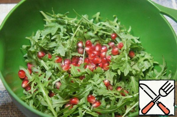 Pick arugula in easy-to-eat pieces or leave it as it is. Put in a deep bowl, add the pomegranate seeds. Part to leave for decoration.
