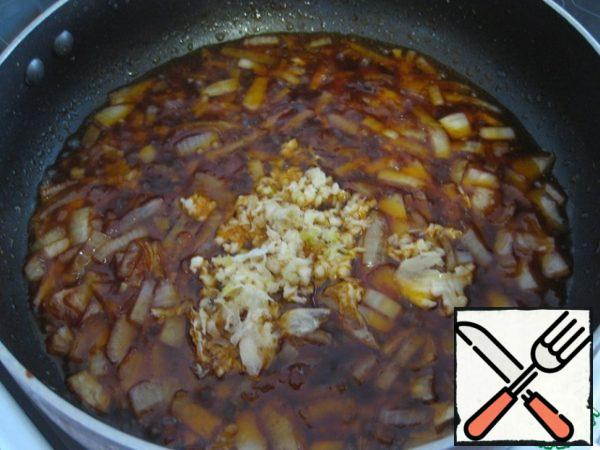 Add the garlic passed through the press.