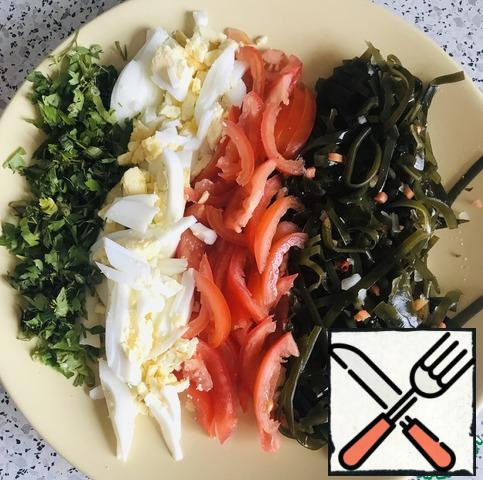 Remove the cabbage and rinse (I have pickled). Cut the tomato into strips, removing the core. Boil the eggs, also cut into strips. Chop the greens.