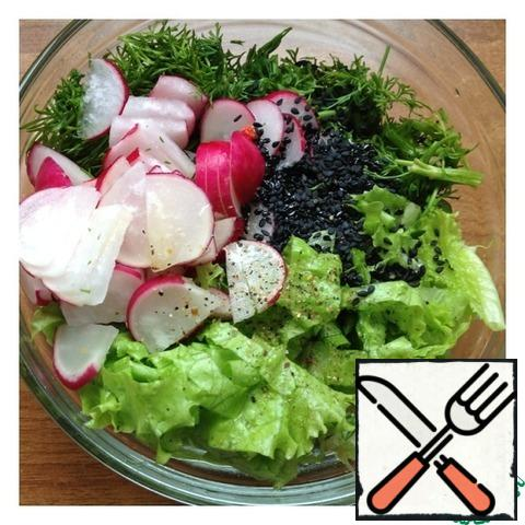 Radish cut into thin half-rings, dill finely chop. Cut the lettuce leaves randomly. Add salt, pepper, olive oil and sesame seeds. Mix the salad.