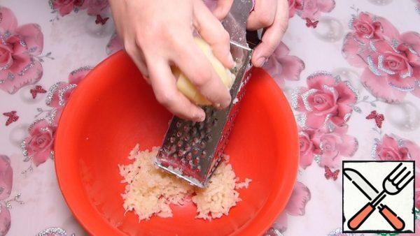 """Potatoes are boiled in the """"uniform"""". Clearing it. Grate on a fine grater."""