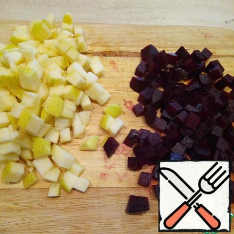 Peel the apple from the core, cut into a medium cube, pour over the lemon juice. Peel the beets and cut them into medium cubes. Combine everything in a bowl, add salt, add a little sugar.