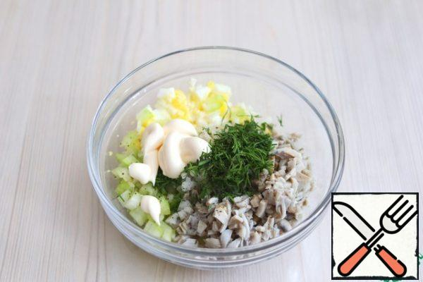 In a bowl, add all the ingredients of the salad, cut the green dill, add salt and pepper to taste, add 2 tablespoons of mayonnaise.