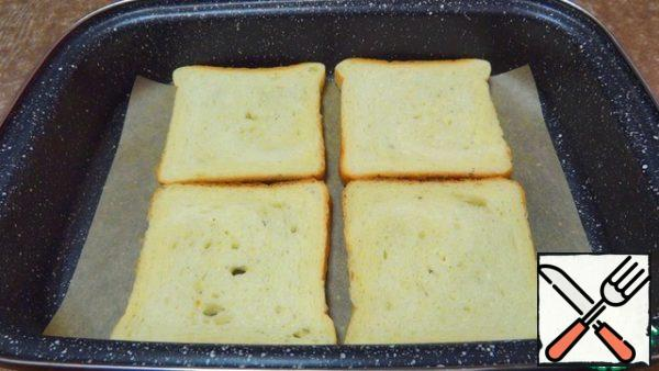 On a baking sheet covered with baking paper, I spread slices of bread. I put the bread to dry in a preheated 200°C oven for 3-5 minutes.