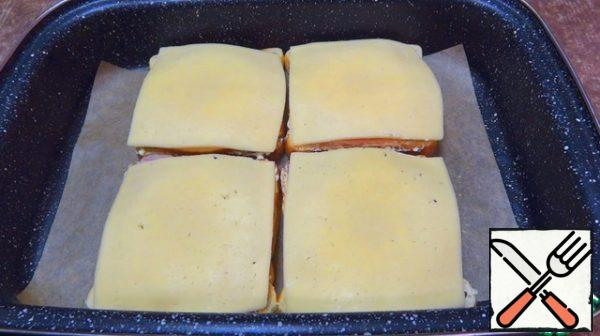 I cover the sandwiches with slices of cheese and put them to bake in a preheated 200°C oven for 10-15 minutes.