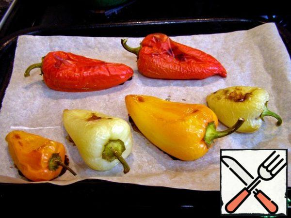 In the oven, at T=200*Bake the peppers: 20 minutes on one side and 15 minutes on the other. Put the finished pepper in a plastic bag and put it in the refrigerator.