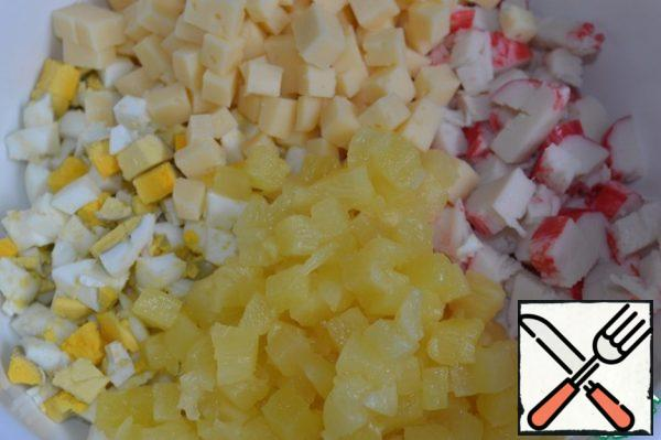 Also cut the cheese and pineapples, add to the salad bowl.