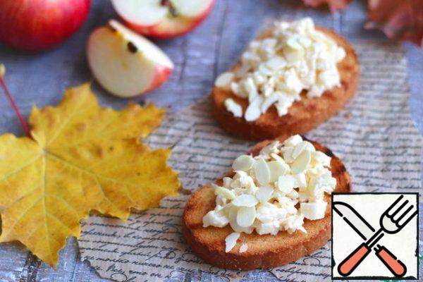 Add the dessert to the fried toast, sprinkle with almond petals on top.