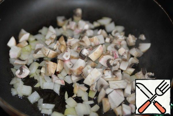 Mushrooms cut into cubes and fry with onions. Add salt and chili flakes to taste.