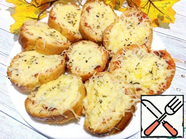 Put in the micro for 30-35 seconds at a power of 850 W. to melt the cheese. You can put it in a hot oven 180°C for 3-4 minutes. Serve while warm.