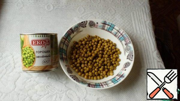 Green peas (200 g) with 6 tbsp. l. liquid is interrupted with a blender to the state of puree. In the jar shown in the photo, it turned out to be just 200 g.