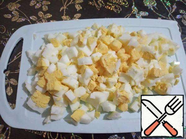 Cut the boiled eggs into small cubes.