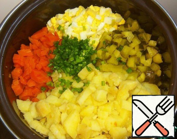 In a bowl, combine the chopped vegetables, eggs and finely chopped green onions.
