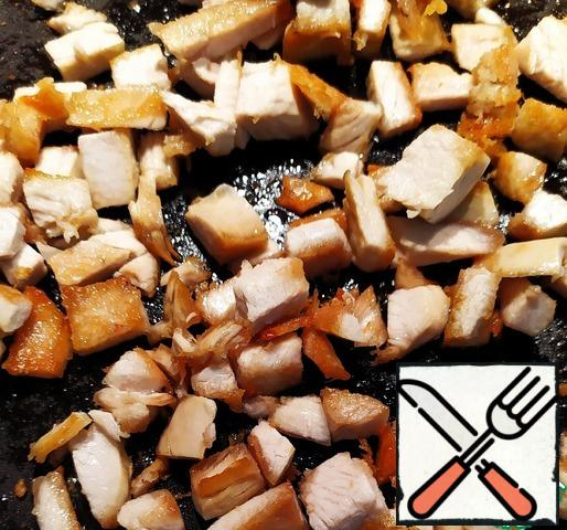 Pre-wash the turkey fillet. Boil until tender, then cool. Cut into cubes, lightly fry in a frying pan. Place in a large bowl for convenience.