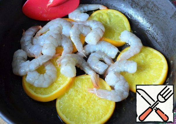 Add the shrimp, fry for 2-3 minutes, medium heat.