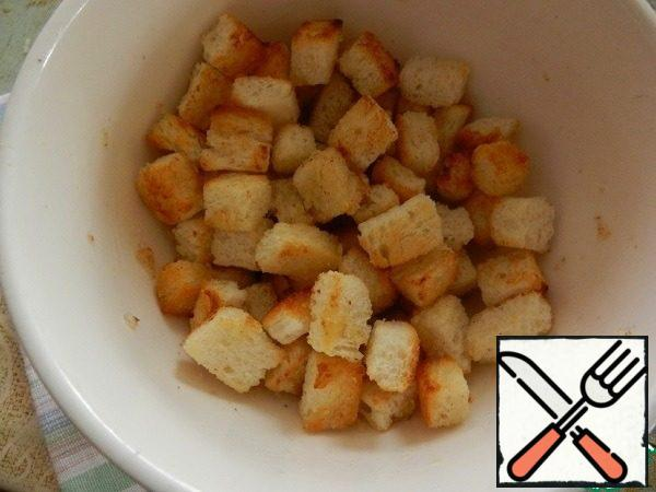 Blanks from a loaf (bread) fry in a dry pan until browned. Put in a bowl, add the oil-garlic mixture and mix. We will get fragrant delicious crackers, which must be placed on top before serving the salad.