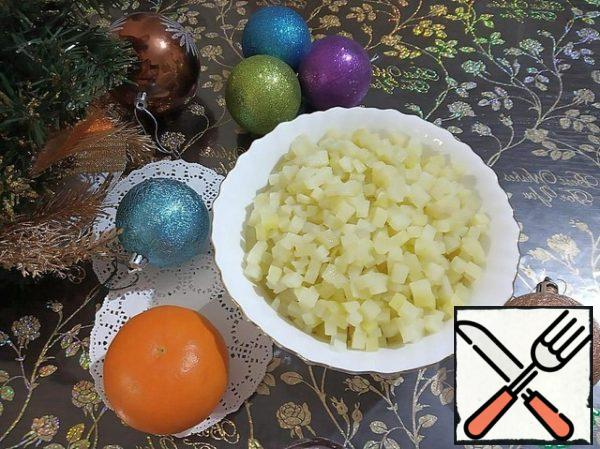 """Cut the potatoes into small cubes, fall asleep in boiling, salted water and boil (to a state where there is barely a noticeable """"crunch"""" and it seems that it would be necessary to cook for another minute)."""