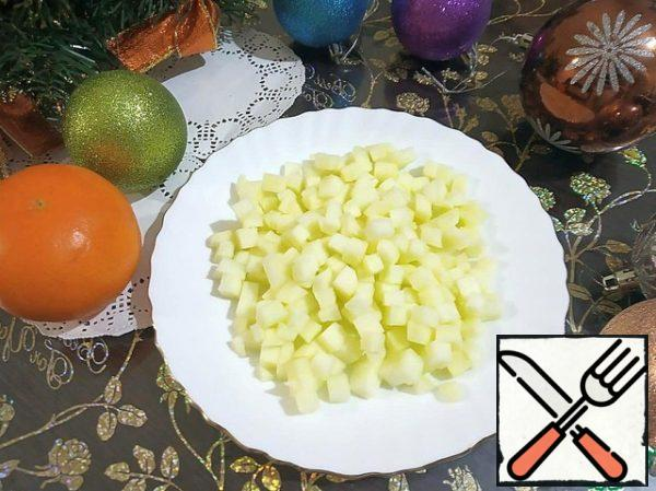 Last of all, cut the peeled apples into small cubes. Immediately mix all the products, salt, pepper and season with mayonnaise.