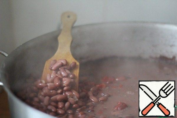 Take a glass of red beans. Soak for 8 hours. Change the water. Boil until tender.