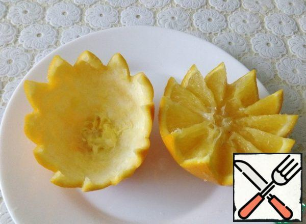 To serve the salad, we will use orange baskets. Cut the orange in a zigzag pattern and get the pulp.