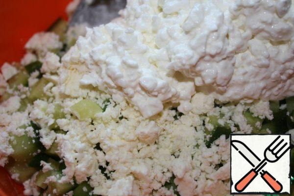 Crumble the cheese. Mix the onion, cucumber, cottage cheese and cheese.
