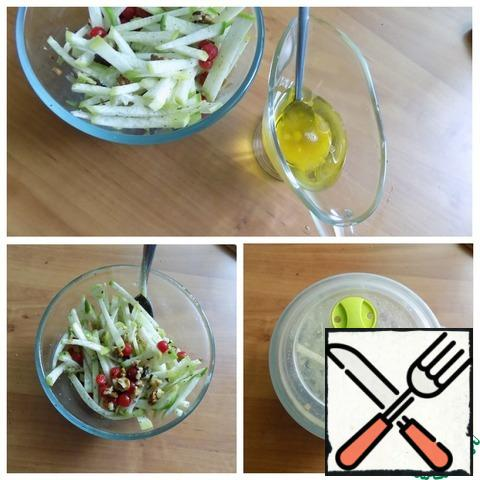 We make a dressing for the salad. Olive oil is combined with honey and lemon juice. We fill the salad. Cover with a lid and shake the salad bowl a little, so three times. The salad is ready! You can already eat it without meat.