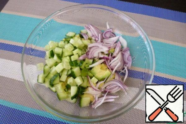 Cut the sweet onion into feathers. Cut the fresh cucumber into cubes.