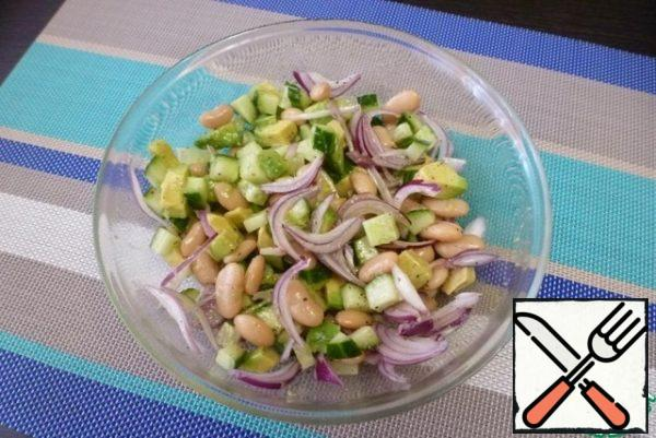 Season the salad with salt and pepper, drizzle with olive oil. With salt, be careful, because when serving the salad is sprinkled with cheese, and it is quite salty.