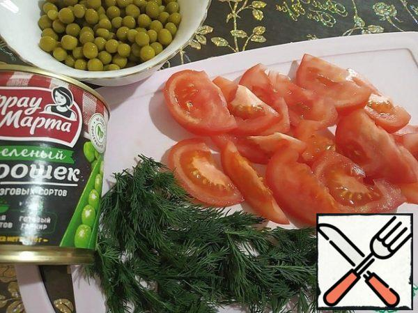 Green peas are washed. Cut the tomato into large slices. Dill is divided into small twigs.
