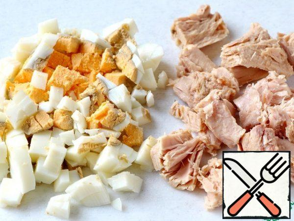 Cut the tuna into small pieces. Cut the egg into small cubes.