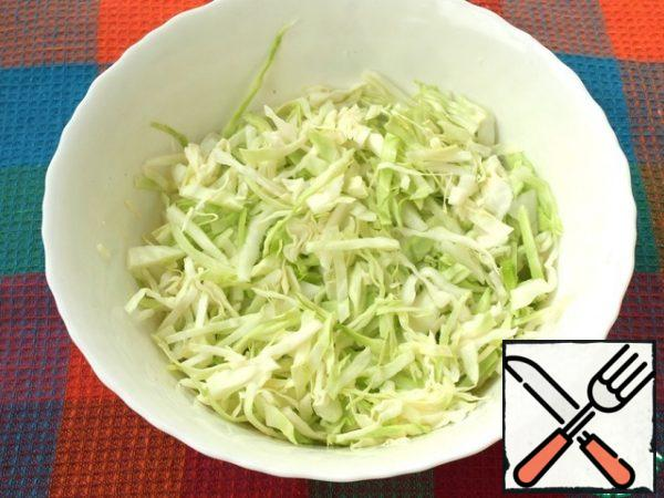 Thinly chop the cabbage and put it in a bowl.