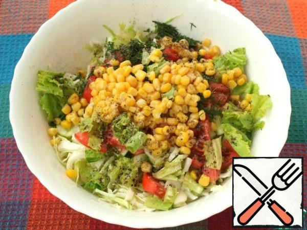 In a bowl, add the chopped dill, tear the lettuce leaves and add the canned corn. Add salt and pepper to the salad.