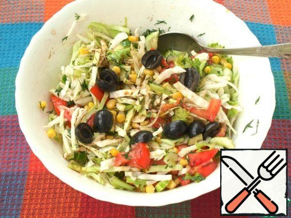 Cut the olives in half and add to the salad.
