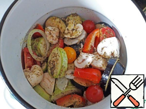 Pour the marinade over the vegetables, mix gently, and leave to marinate, ideally for 1-2 hours.