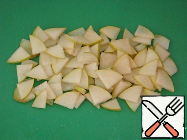 Cut the pear into slices of the same size.