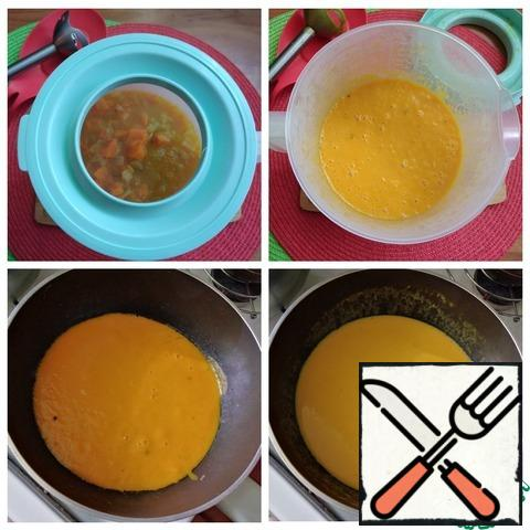 Add the pumpkin, mix and reduce the heat to a minimum, cover with a lid and simmer for 10 minutes. Pour water, you can use vegetable broth, if you have it. Put the curry, pepper with freshly ground pepper and salt to taste. Bring to a boil and cook for another 10 minutes.