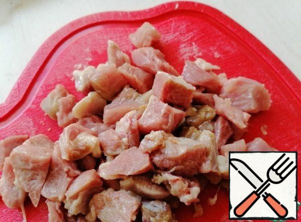Cut the turkey thigh fillet into cubes, about 1*1 cm.