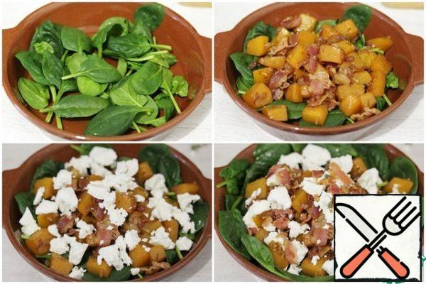 In a bowl, put the spinach, put the pumpkin mixture on it. Top with crumbled cheese.You can sprinkle the salad with olive oil and add a little fresh thyme and pumpkin seeds, but this is not necessary.