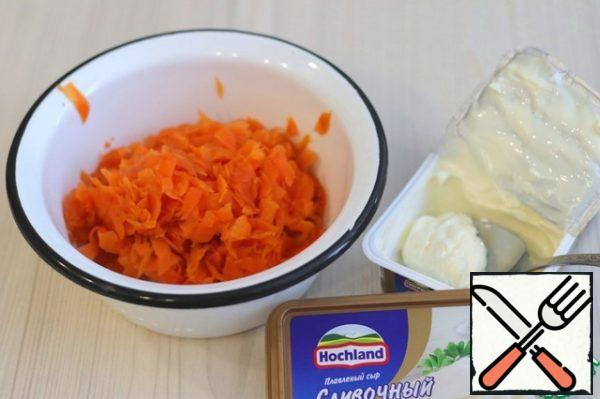 Add 3 tablespoons (with a small pea) of cream to the grated carrot.